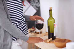 Mujer joven en la cocina con los vidrios de un vino Imagen de archivo