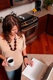 Mujer joven en la computadora portátil Foto de archivo libre de regalías