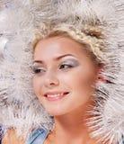 Mujer joven en la decoración de la Navidad. Imagen de archivo