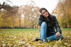 Mujer joven en la depresión al aire libre Foto de archivo libre de regalías