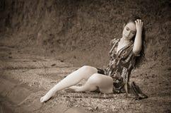 Mujer joven en la depresión al aire libre Fotografía de archivo libre de regalías