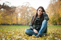 Mujer joven en la depresión al aire libre Imagenes de archivo