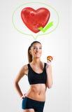 Mujer joven en la dieta sana para un corazón y un cuerpo sanos Imagenes de archivo