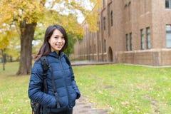 Mujer joven en la escuela de la universidad Imagen de archivo