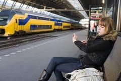 Mujer joven en la estación de tren Imagenes de archivo