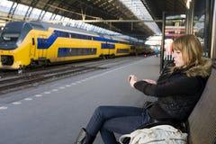 Mujer joven en la estación de tren Imagen de archivo libre de regalías