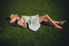 Mujer joven en la hierba que es grosera Imagenes de archivo