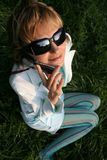 mujer joven en la hierba que habla en el teléfono fotografía de archivo libre de regalías