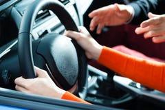 Mujer joven en la lección de conducción