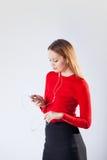Mujer joven en la música que escucha de los auriculares que se relaja en casa Imágenes de archivo libres de regalías