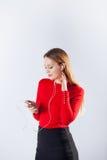 Mujer joven en la música que escucha de los auriculares que se relaja en casa Imagen de archivo libre de regalías