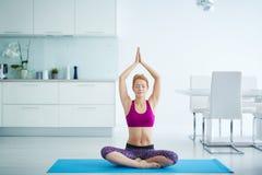 Mujer joven en la meditación de la yoga foto de archivo
