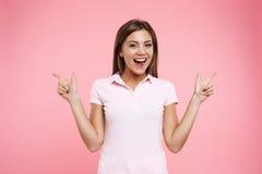 Mujer joven en la mirada del deporte que presenta en fondo rosa claro Imagenes de archivo