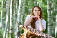 Mujer joven en la naturaleza. Imagen de archivo