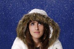 Mujer joven en la nieve Imagenes de archivo