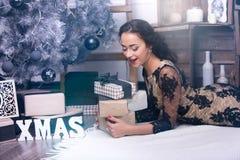 Mujer joven en la noche de la Navidad Fotografía de archivo