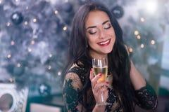 Mujer joven en la noche de la Navidad Imagenes de archivo