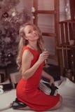 Mujer joven en la noche de la Navidad Foto de archivo libre de regalías