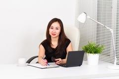 Mujer joven en la oficina Foto de archivo libre de regalías