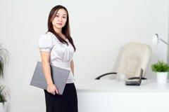 Mujer joven en la oficina Foto de archivo