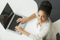 Mujer joven en la oficina Imágenes de archivo libres de regalías