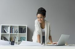 Mujer joven en la oficina fotos de archivo libres de regalías