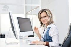 Mujer joven en la oficina Libre Illustration