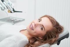 Mujer joven en la oficina del dentista Imagen de archivo
