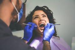 Mujer joven en la oficina del dentista Para examinar Imagen de archivo