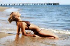 Mujer joven en la orilla de mar. Fotografía de archivo