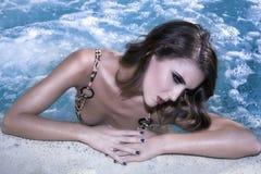 Mujer joven en la piscina Imagenes de archivo