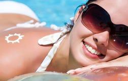 Mujer joven en la piscina Fotografía de archivo libre de regalías