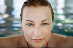 Mujer joven en la piscina Imagen de archivo