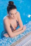 Mujer joven en la piscina Foto de archivo libre de regalías