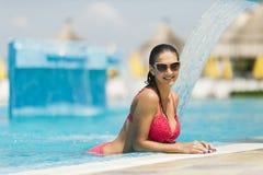 Mujer joven en la piscina Foto de archivo