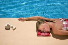 Mujer joven en la piscina Fotos de archivo libres de regalías