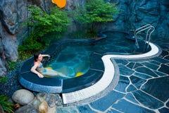 Mujer joven en la piscina de agua termal caliente de balneario del Seorak Imagen de archivo