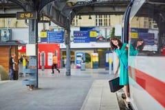 Mujer joven en la plataforma de una estación de tren Imagenes de archivo