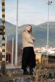 Mujer joven en la plataforma del ferrocarril del borde Fotos de archivo