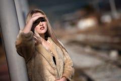 Mujer joven en la plataforma del ferrocarril del borde Foto de archivo libre de regalías