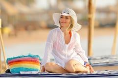 Mujer joven en la playa Fotos de archivo