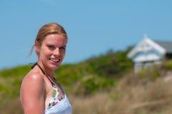 Mujer joven en la playa Imagen de archivo