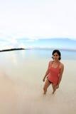 Mujer joven en la playa Fotos de archivo libres de regalías
