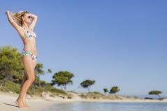 Mujer joven en la playa Foto de archivo