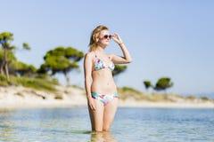 Mujer joven en la playa imágenes de archivo libres de regalías