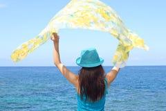 Mujer joven en la playa Fotografía de archivo libre de regalías