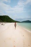 Mujer joven en la playa Foto de archivo libre de regalías