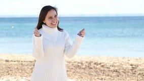 Mujer joven en la playa con expresiones positivas de la cara metrajes