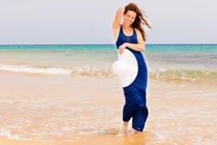 Mujer joven en la playa del océano Foto de archivo