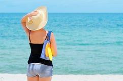 Mujer joven en la playa tropical Fotografía de archivo libre de regalías